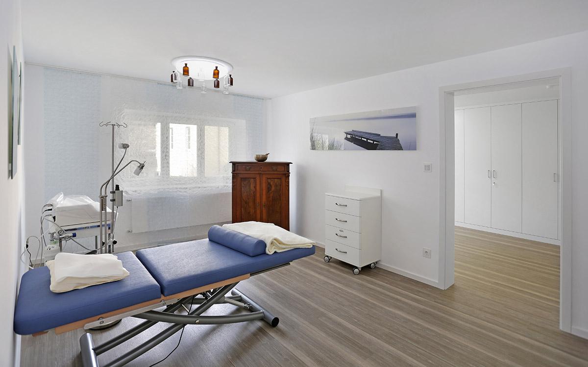 birgit-busch-behandlungsraum-mit-blauer-liege